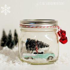 Une voiture dans une boule à neige pour une décoration de Noël décalée / A car in a snow globe for a rock'n roll christmas decoration set
