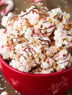 Peppermint Bark Popcorn - its so easy and so good! Almond bark coated popcorn, crushed peppermint, and a pepperminty chocolate. I couldn't stop eating it!