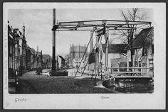 Koningsbrug over de Raam (1910)  Het zicht dat de brug in 1910 had op de gashouder van de fabriek aan de Rotterdamsche Veer. Deze enkele ophaalbrug, die ook wel Roobrug werd genoemd (waarschijnlijk naar de kleur), dankte zijn naam aan de oude Koningstraat, zoals de Raam vroeger werd genoemd. De Koningsbrug lag over het water van de Raam tegenover de Aaltje Bakstraat en de Vlamingstraat.