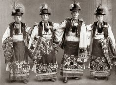 FolkCostume&Embroidery: Costume and Embroidery of Mezőkövesd, Hungary Chain Stitch Embroidery, Embroidery Stitches, Embroidery Patterns, Folk Clothing, Historical Clothing, Costumes Around The World, World Thinking Day, Vintage Jewelry Crafts, Hungarian Embroidery