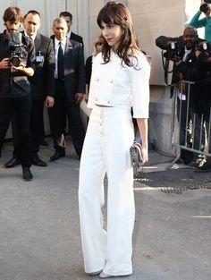 De blanco de pies a cabeza salvo por su bolso gris, Caroline Sieber en el desfile de Chanel.