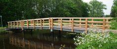Een goeie brug zonder steunpilaar Het materiaal is gemaakt van hout en staal Een geweldig mooie brug