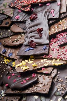 Beauty recipes: Chocolate for super-awesome skin? And ultra-glossy hair? Chocolate Hair, Dark Chocolate Bar, Death By Chocolate, Chocolate Heaven, Chocolate Gifts, Chocolate Lovers, Cake Chocolate, International Chocolate Day, Glossy Hair