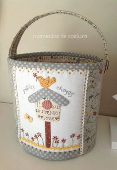 Un bota can Fabric Storage Baskets, Fabric Boxes, Sewing Baskets, Hand Applique, Wool Applique, Quilting Projects, Sewing Projects, Fabric Crafts, Sewing Crafts
