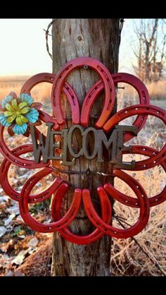 Horseshoe welcome wreath no Christmas delivery by Horseshoe Projects, Horseshoe Crafts, Horseshoe Art, Metal Projects, Metal Crafts, Craft Projects, Horseshoe Ideas, Horseshoe Decorations, Heart Decorations
