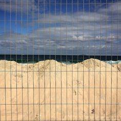 Sabe aquela clássica barreirinha de areia que fazemos quando a maré começa a encher e não dá pra mudar a toalha/canga de lugar porque a praia já tá lotadaça? Normalmente termina com uma onda varrendo toda galera. A arena do vôlei de praia parece ter apelado para a mesma estratégia.  Será que vem ressaca com o sudoeste de hj?  #rio365 #rio2016 #rio2016olympics #rio2016
