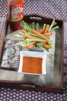 Devos Lemmens | Dip tomate épicé  Ingrédients 5 tomates 1 gousse d'ail 1 oignon 4 c. à soupe de D&L Martino 1 c. à soupe de ketchup D&L Sel et poivre De l'huile d'olive 1 boîte de tomates épluchées De l'origan Une pincée de poivre de Cayenne Olives, C'est Bon, Ketchup, Dips, Cheese, Food, Onion, Tomatoes, Olive Oil