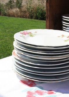Mismatched antique plates displayed in old crates on serving table as a lovely vignette. Antique Plates, Vintage Plates, Picnic Baby Showers, Old Crates, Vintage Picnic, Serving Table, Plate Display, Dinner Plates, Vignettes