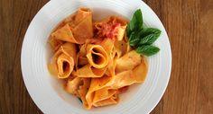 פפרדלה חלמונים ברוטב עגבניות, גבינת עיזים ונענע Pasta with tomato sauce, egg yolks, goat cheese and mint