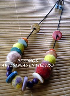 Confeccionadas con bolitas de fieltro y cordón, con agregado de maderitas de color