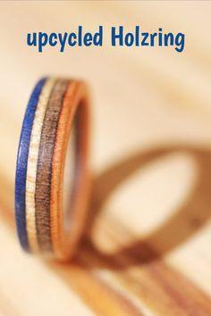 Wunderschöne Holzringe aus defekten Skateboards. Wer hätte gedacht, dass in einem alten Brett so viel Schönheit steckt. Möchtest du ein ökologisches Unikat als #Ehering, #Verlobungsring, #Trauring oder #Partnerring? Mit den nachhaltigen Alternative von 7plis unterstützt du garantiert keine dreckige Förderung von Edelmetallen. #upcycling #nachhaltig #Holzringe von #7plis Pli, Skateboards, Bangles, Wedding Rings, Engagement Rings, Jewelry, Sustainability, Products, Upcycled Crafts