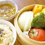 ムモクテキカフェ - 料理写真:10種類以上の野菜が入ったせいろ蒸し