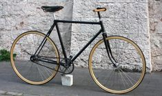 Singlespeed bike with wooden rims and handlebar