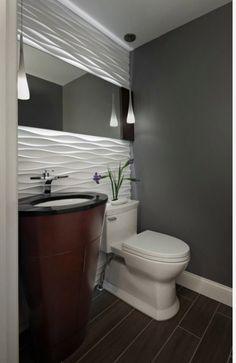 зеркало над унитазом в гостевом туалете