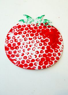 bubble wrap tomato printed craft for kids to make. Fun way to learn about fruit and veg