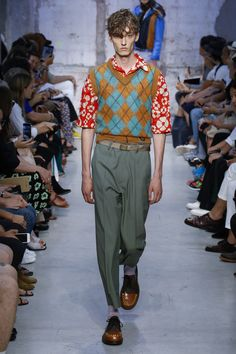 The complete Marni Spring 2018 Menswear fashion show now on Vogue Runway. Mens Fashion 2018, Stylish Mens Fashion, Latest Mens Fashion, Fashion Kids, Fashion Week, Gents Fashion, Kids Clothes Uk, Boys Clothes Style, Boy Outfits