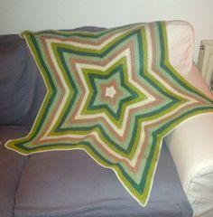Eine Decke in Sternform, ohne Luftmaschenbögen und den daraus resultierenden Löchern. Die einfach zu häkeln ist. Ganz einfach gemacht ! Bekannt vom Janagurumi-Blog !