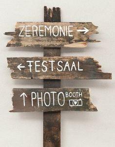 Wegweiser-Schild für die Hochzeitslocation – wooden sign to guide your wedding guests – www.weddingstyle.de