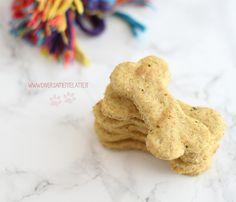 Questi biscotti per cani alle zucchine e finocchi faranno felici i vostri amici a quattro zampe! Una valida e sana alternativa ai biscotti industriali.