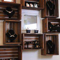 Thinking of a DIY project to make use of some wooden crates? If you& still figuring out what to do, try making wooden crate shelves. It& an easy project! Wooden Crate Furniture, Diy Wooden Crate, Wooden Crates, Wine Crates, Diy Projects Bookshelves, Diy Furniture Projects, Diy Wood Projects, Furniture Design, Wooden Box Shelves