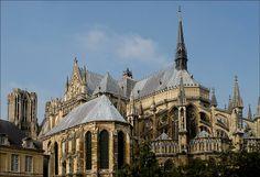 """L'art gothique était une invention française qui est né de l'art roman à la fin du 12ème siècle. L'architecture gothique est né peu après. Voice la Cathédrale Notre-Dame de Reims, un cathédrale français. """"Il s'agit de l'une des réalisations majeures de l'art gothique en France,"""" (Wikipedia) et il est maintenant un site du patrimoine mondial de l'UNESCO. Ses arcs pointus et ses arcs-boutants rendent facile à identifier ce bâtiment gothique."""