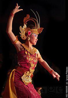 Girl performing the traditional Balinese dance Gamelan, Ubud Palace, Bali, Indonesia