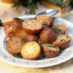 Easy Roasted Potatoes with Rosemary recipe like a pro. With a total time of only 55 minutes, you'll have a delicious side ready before you know it. Rosemary Roasted Potatoes, Roasted Potato Recipes, Rosemary Recipes, Stewed Potatoes, Broccoli Cauliflower, Cravings, Side Dishes, Yummy Food, Nutrition