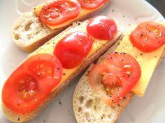 www.vinopredaj.sk Ranajky - Breakfast - syrový chlebíček s paradajkami a korením.