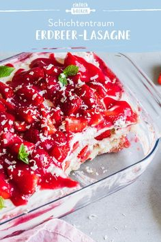Strawberry lasagna- Erdbeer-Lasagne Fresh strawberries and a breezy cream of … - Dessert Simple, Dessert Healthy, Dessert Food, Layered Desserts, Easy Desserts, Strawberry Lasagna, Torte Au Chocolat, Dessert Nouvel An, Evening Meals