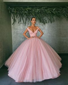 Tweed Rose is your daily fashion and style, giving you the best of fashion glossy and international runways. Pretty Quinceanera Dresses, Pretty Prom Dresses, Unique Prom Dresses, Long Prom Gowns, Ball Gowns Prom, Ball Gown Dresses, Stunning Dresses, Elegant Dresses, Evening Dresses