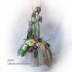 """Dekorace """"Řebčík kostkovaný"""" (211) Trvanlivá dekorace z přírodních materiálů a látkových květin, v kombinaci nasivělých tónů růžové, fialové a zelené. Dekorace plná zajímavých detailů, harmonicky ucelená. Použitý materiál: barvené roštíčko, lišejník, textilní květy, umělá zeleň, plody eukalyptu, doplněno stužkami. V nádobě z přírodního materiálu... Glass Vase, Home Decor, Homemade Home Decor, Decoration Home, Interior Decorating"""