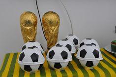 Taças de chocolate e bolas recheadas de bolinhas de futebol de chocolate. Hummm…
