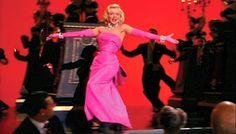 """L'abito rosa senza spalline con fiocco enorme dietro la schiena di """"Diamons Are A Girl best Friends"""" creato dal costumista di Marilyn: William Travilla."""