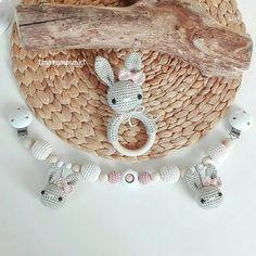 ...und dann gab's da noch dieses süße Hasen-Set in grau/creme und zartem rosé. Ich mag diese Farbkombi super gerne 😍❤! . #häkeln #häkelliebe #baby #baby2017 #babygirl #teamrosa #hase #rassel #kinderwagenkette #wagenkette #crochet #virka #hekle #handarbeit #handmade #mitliebegemacht #tina_empunkt
