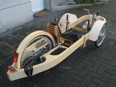 Trike-Liegerad mit interessantem Rahmen. Vorne so eine Front, dann eine Windschutzscheibe drauf.