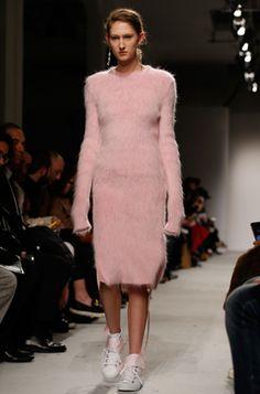 Вязаные платья, джемперы с цветочным принтом, асимметрия в образе и многое другое – Marie Claire продолжает держать руку на пульсе моды и определять абсолютные тренды осенне-зимнего сезона.