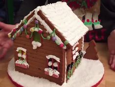 Decorated Gingerbread House with Lights - Vine Ideas White Gingerbread House, Graham Cracker Gingerbread House, Cool Gingerbread Houses, Gingerbread House Designs, Ginger Bread House Diy, Ginger House, Ginger Bread House Decorations, Best Christmas Cookies, Christmas Snacks