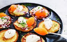 Ljuvliga potatisplättar, en svensk variant av blinier, på mandelpotatis med löjrom och syrlig crème fraiche blir till en fantastisk förrätt eller trevliga tilltugg.