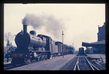 Komgronden, 1955 Beschrijving: Een oude stoomtrein in het station van Tiel. De dieseltrein, die de stoomtrein gaat vervangen staat er ook al. 27-7-1955 Foto's (Gelders Archief)