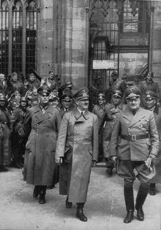 Der Führer nach einem Besuch in Straßburger Münster