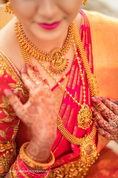 wedding jewelry An Artfully Shot Wedding That We All Need To Check Out! South Indian Bridal Jewellery, Indian Bridal Sarees, Indian Wedding Jewelry, Kerala Jewellery, Saree Jewellery, Bridal Silk Saree, Indian Jewelry Sets, India Jewelry, Jewellery Shops