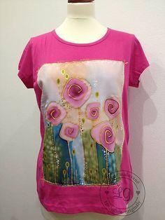Ručne maľované bavlnené dámske tričko (zn. Adler/ Pure) s hodvábnou aplikáciou -autorskou maľbou. Osporúčam prať ručne. K dispozícii iba velk.M Velkostná tabulka: ...