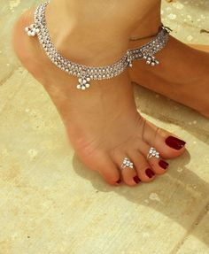 ankle bracelets and toe rings Sterling Silver Anklet, Silver Anklets, Silver Payal, Beautiful Toes, Pretty Toes, Pies Sexy, Anklet Designs, Ankle Chain, Feet Nails