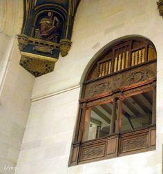 ecouen - CHAPELLE, l'ORATOIRE, 5: La verrière de l'oratoire s'étend donc sur 2 les niveaux et est traitée en grisaille, dans un rendu très soigné. L'oratoire contenait vraisemblablement une partie des collections du connétable, réservées à sa seule appréciation. Le retable de pierre REYMOND, aujourd'hui conservé à Ecouen, s'y trouvait sans doute. Depuis la chapelle, on n'aperçoit que très peu l'intérieur de l'oratoire, mais l'unité est préservée grâce à un tribune en bois qui occupe la baie.