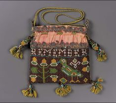 """Small square drawstring bag with netted glass seed beadwork. Beadwork inscription: """"Remember the Poore."""" Bird, flower, and acorn motifs. Pink silk ground with polychr … Vintage Purses, Vintage Bags, Vintage Handbags, Sweet Bags, Bags Online Shopping, Passementerie, Beaded Bags, Museum Of Fine Arts, Pink Silk"""