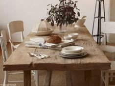 salle a manger nature | une ode a la nature et a la simplicité | Sol en jonc de mer, table conçue dans des planches de pin
