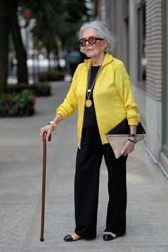 THE VISIBLE WOMAN - great opposites attract: yellow and black - Looking good......real good!