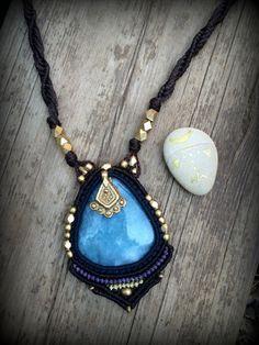 Macrame Necklace with  Blue Aqua Quartz por stoneagetale en Etsy, $90.00