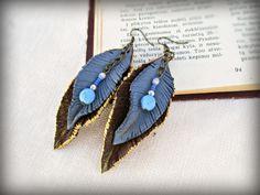 Pendientes largos pluma cuero marrón azul de El rinconcito de Zivi por DaWanda.com