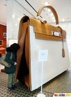 Seorang pelanggan melihat ke dalam tas tangan Hermes Kelly berukuran raksasa di sebuah butik Hermes di Nanjing, Provinsi Jiangsu, China.